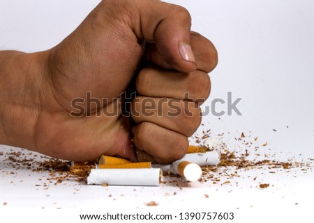 Fist smashing a buch of cigarettes / Puño aplastando algunos cigarros Foto stock ©