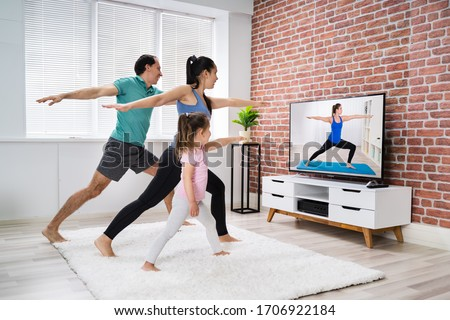 Fit Family Doing Home Online Stretching Yoga Fitness Exercise Foto d'archivio ©