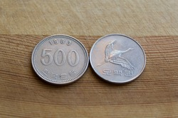 Five hundred south korean won coin on wooden background, 1983 year, 500 wons korea collectible coin,  empire, collectors, numismatic, metal money, Flying Manchurian crane and the value below in Korean