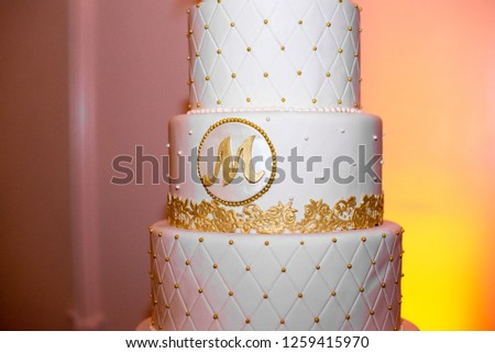 Five tier wedding cake with  'M' letter and gold studs Photo stock ©