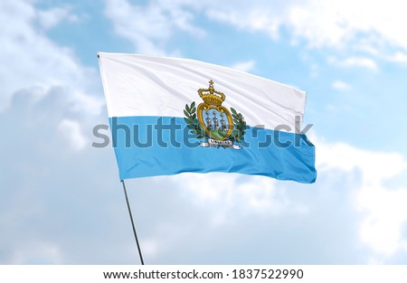 Flag of San Marino in front of blue sky Foto stock ©