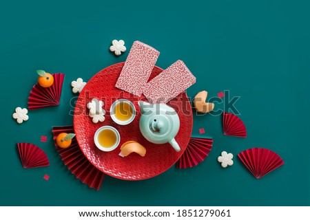 Flat lay Chinese new year tea set and snack on green background still life. Foto stock ©