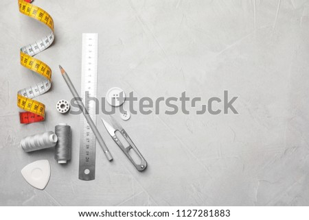 Flat lay composition with accessories for tailoring on table Foto stock ©