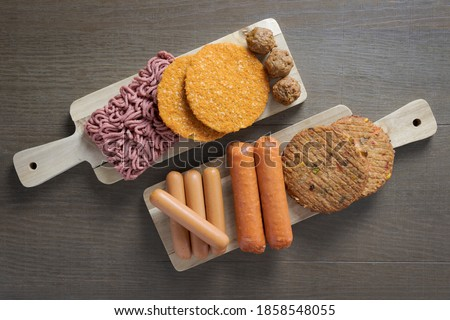 Flat lay of plant based vegetarian meat products for a plant based diet on a wooden table Foto stock ©