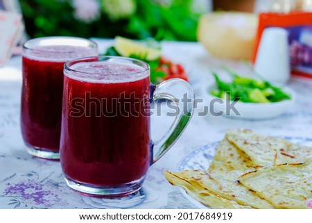 Flatbread on the table, fresh vegetables and natural pomegranate juice is a cold, refreshing, delicious cocktail, a healthy and vitamin-rich drink that will quench your thirst in summer. Foto stock ©