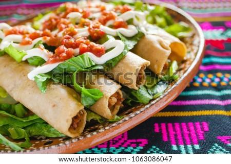 flautas de pollo, chicken tacos and Salsa Mexican food mexico city Foto stock ©