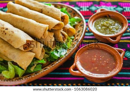 flautas de pollo, chicken tacos and sauce, Homemade Mexican food mexico city Foto stock ©