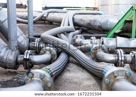Flexible stainless steel pipe, installed with pipes in the industry Flexible hoses for reducing the force between the oil storage tanks In and out pressure. stock photo