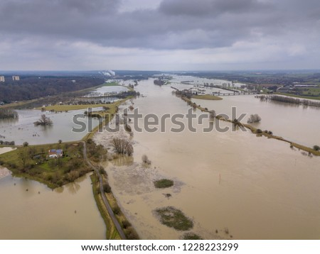 Flooded river landscape with submerged floodplains along river Rhine in winter period near wageningen, the Netherlands Foto stock ©