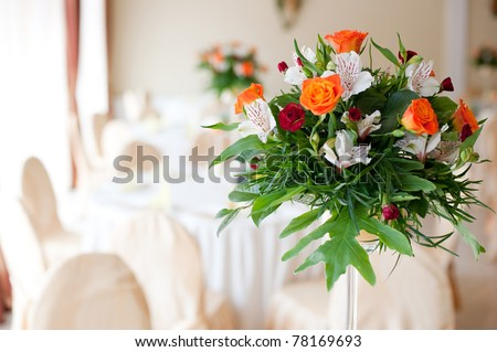 Flower composition made with orange roses and red gilly-flower