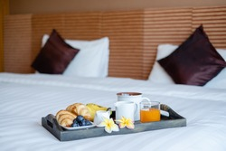 Focus on fruit. In a hotel room with fruit, place a tray on the bed to welcome the arrival of VIP guests.