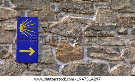 Follow the yellow arrow. The Camino de Santiago Foto d'archivio ©