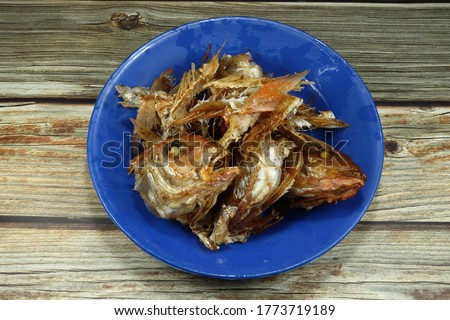 Food scarp, fish bones (fish leftovers) on the plastic plate. Bones and fish heads texture for making fertilizers. Foto d'archivio ©