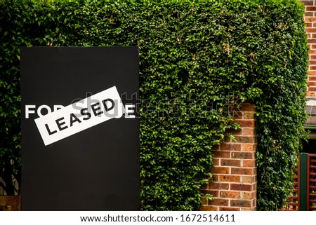 For lease and leased sign on a black display outside of a resedential building Imagine de stoc ©