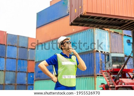 Foreman checking control loading containers box from cargo. Foreman control loading Containers box from Cargo freight ship. Foto stock ©