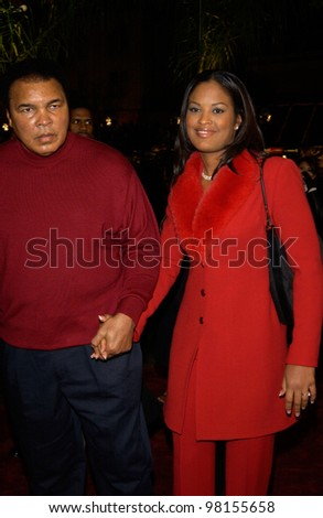 Former world heavyweight boxing champion MUHAMMED ALI & daughter LEILAH at the Los Angeles premiere of Ali. 12DEC2001.    Paul Smith/Featureflash