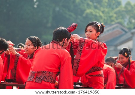 FOSHAN, CHINA - JUNE 5:The women\'s Federation held in the ancient temples of traditional collective wedding ceremony, 30 couples participated, including parade and celebration Jun 5, 2014 in Foshan, China