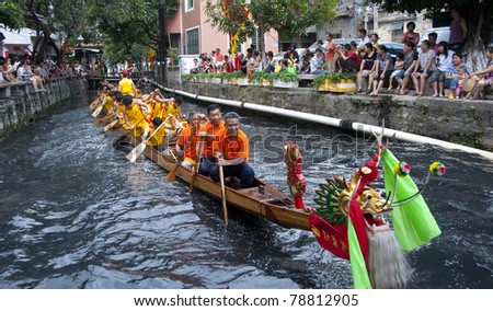 FOSHAN CITY - JUNE 5: Fenjiang River Dragon Boat Race on June 5, 2011 in Foshan city, China
