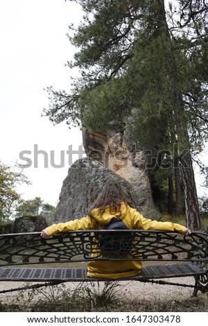 fotos en la ciudad encantada de piedra en la que sale una mujer con un chubasquero amarillo 2