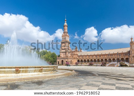 Fountain on Plaza de España. In background beautiful architecture Espana Square. Touristic travel attraction in the center of Seville , empty now due to the Coronavirus measures of isolation.  Foto stock ©