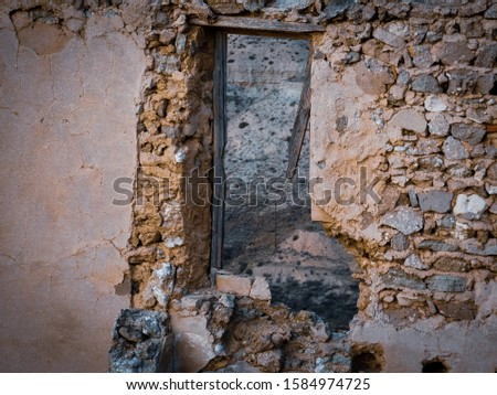 Frame of a ruined house door due to the Spanish Civil War in Roden, Spain Stock foto ©