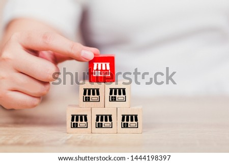 Franchise business concept , woman hand choose wood blog with franchise marketing. Stockfoto ©