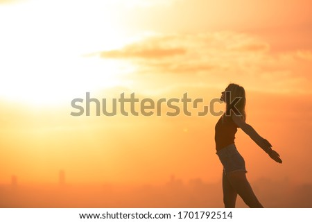 Free happy woman with arms up enjoying the sunrise. Inspirational and joyful concept. 商業照片 ©