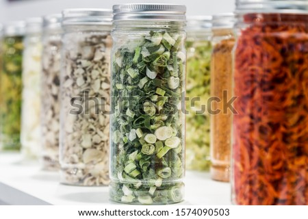 freeze dried vegetables sliced in glass jars in a shop window ストックフォト ©