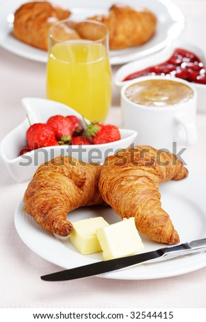 8.Geet –Hui Sabse Parayi ( Printre Straini) - Pagina 39 Stock-photo-french-breakfast-with-croissant-coffee-strawberry-and-juice-32544415