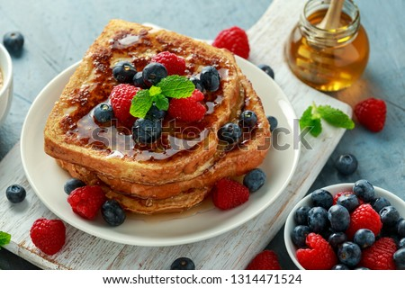 French cinnamon toast with blueberries, raspberries, maple syrup and coffee. morning breakfast Stockfoto ©
