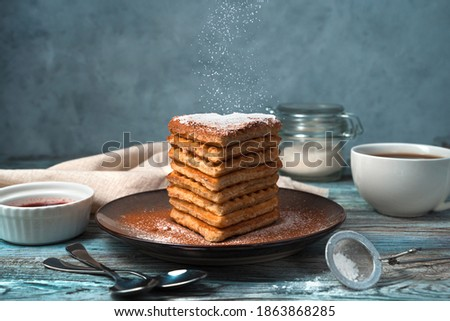 French waffle cake on a blue-gray background. The concept of desserts. Side view. Foto stock ©