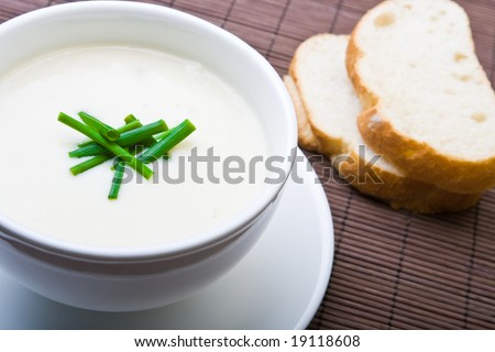 Fresh asparagus soup with bread and chives