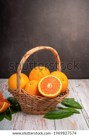 Fresh Cara Cara Orange with  leaves in Wooden background, Fresh Cara Cara Orange in basket on wooden Background. Foto stock ©