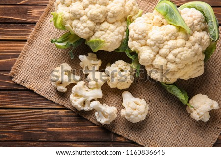 Fresh cauliflower on wooden table Foto stock ©