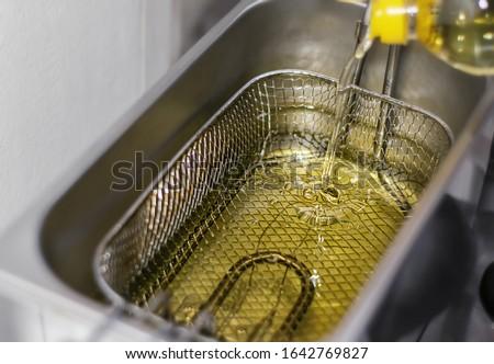 Fresh Cooking Oil Filling up Deep Fryer Stockfoto ©