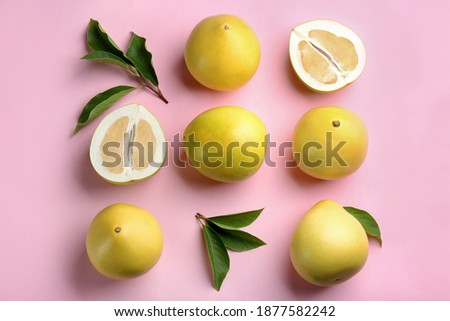 Fresh cut and whole pomelo fruits with leaves on pink background, flat lay Foto stock ©