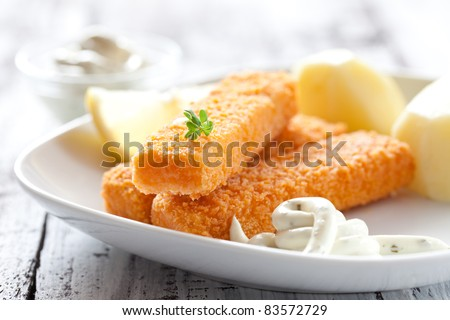 fresh fish fingers with potatoes and remoulade sauce