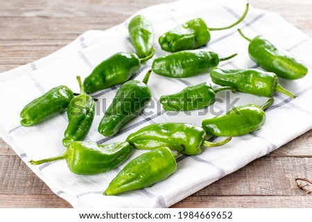 Fresh green pimientos or padron peppers on a napkin ready to be cooked. Spanish cuisine. Pimientos de Padron. Foto stock ©