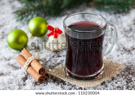 fresh mulled wine with christmas decoration