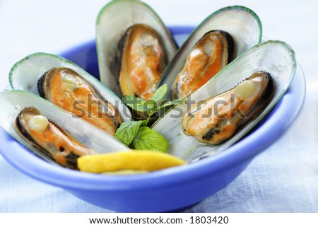 fresh mussels with a slice of lemon