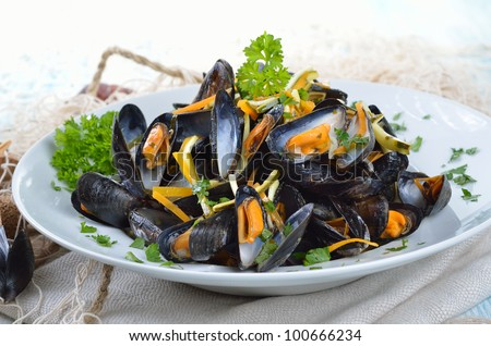 Fresh mussels with lemon-butter-sauce and vegatable sticks