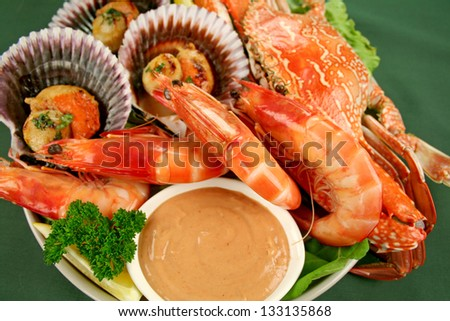 Fresh seafood platter of cooked shrimps, sand crab and pan fried scallops with coriander with Thousand Island Dressing.