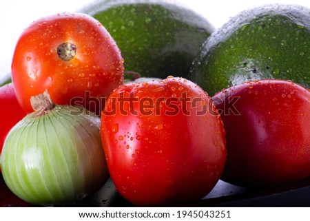 Fresh tomatoes with avocados and onions in white background | Tomates frecos con aguacate y cebollas en fondo blanco Stockfoto ©