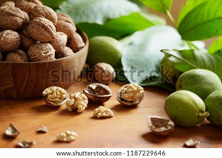 Fresh walnuts with and without shells on a wooden surface. Walnuts, shelled and unshelled. Foto d'archivio ©