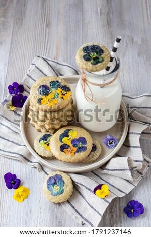 Freshly baked sugar matcha cookies with edible viola flowers Stockfoto ©