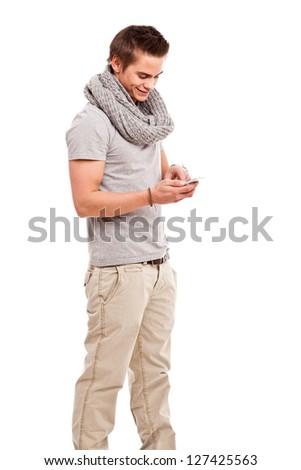 Freundlicher Junger Mann mit Smartphone