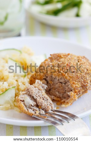 Fried chicken with bulgur and fresh cucumber