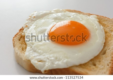 Fried egg on white toast