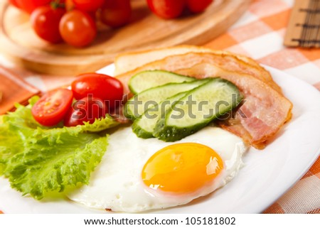 fried egg with fresh vegetables on plate