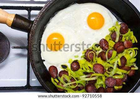Fried egg with sausage and leek